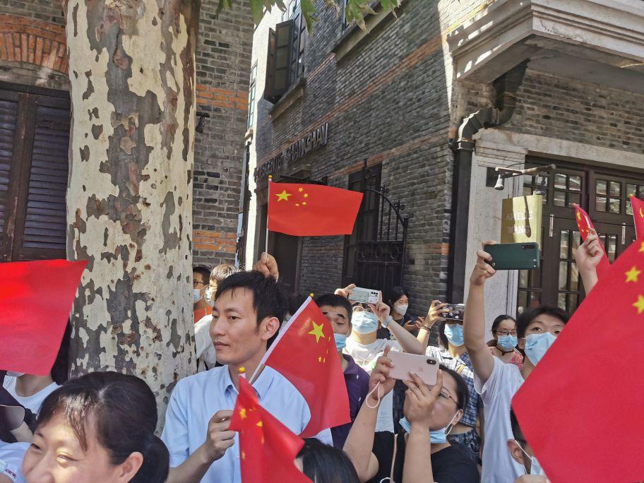 """快闪""""点燃""""一大会址!党员群众齐唱《没有共产党就没有新中国》"""