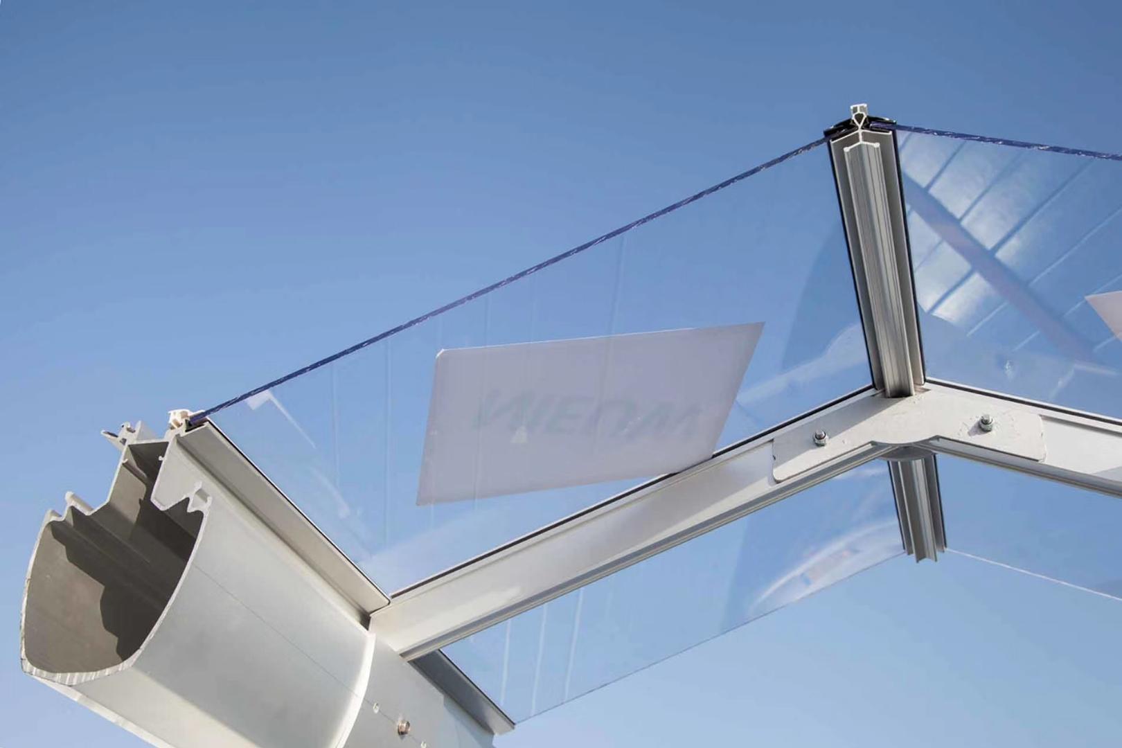 据说这种智能玻璃温室大棚价格很贵,很高端