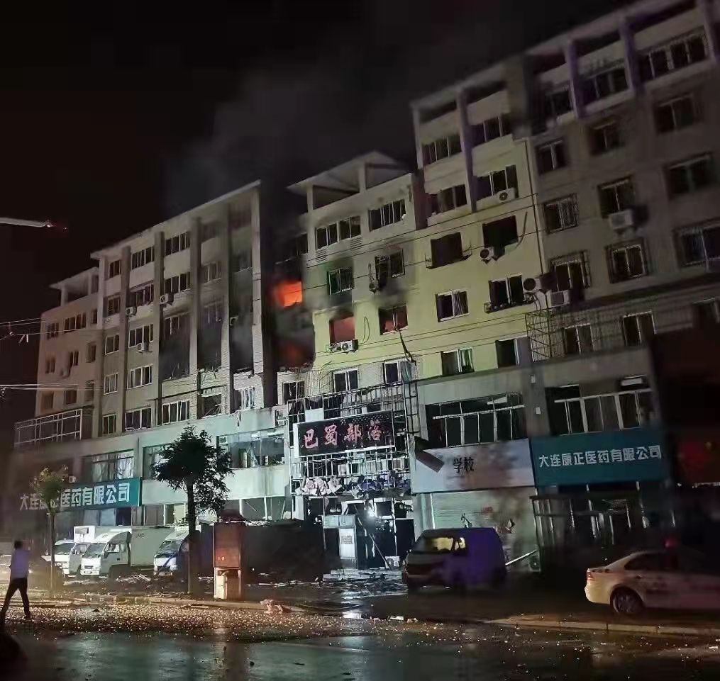 大连普兰店区一住户发生爆炸,市民称附近多户居民楼玻璃被震碎