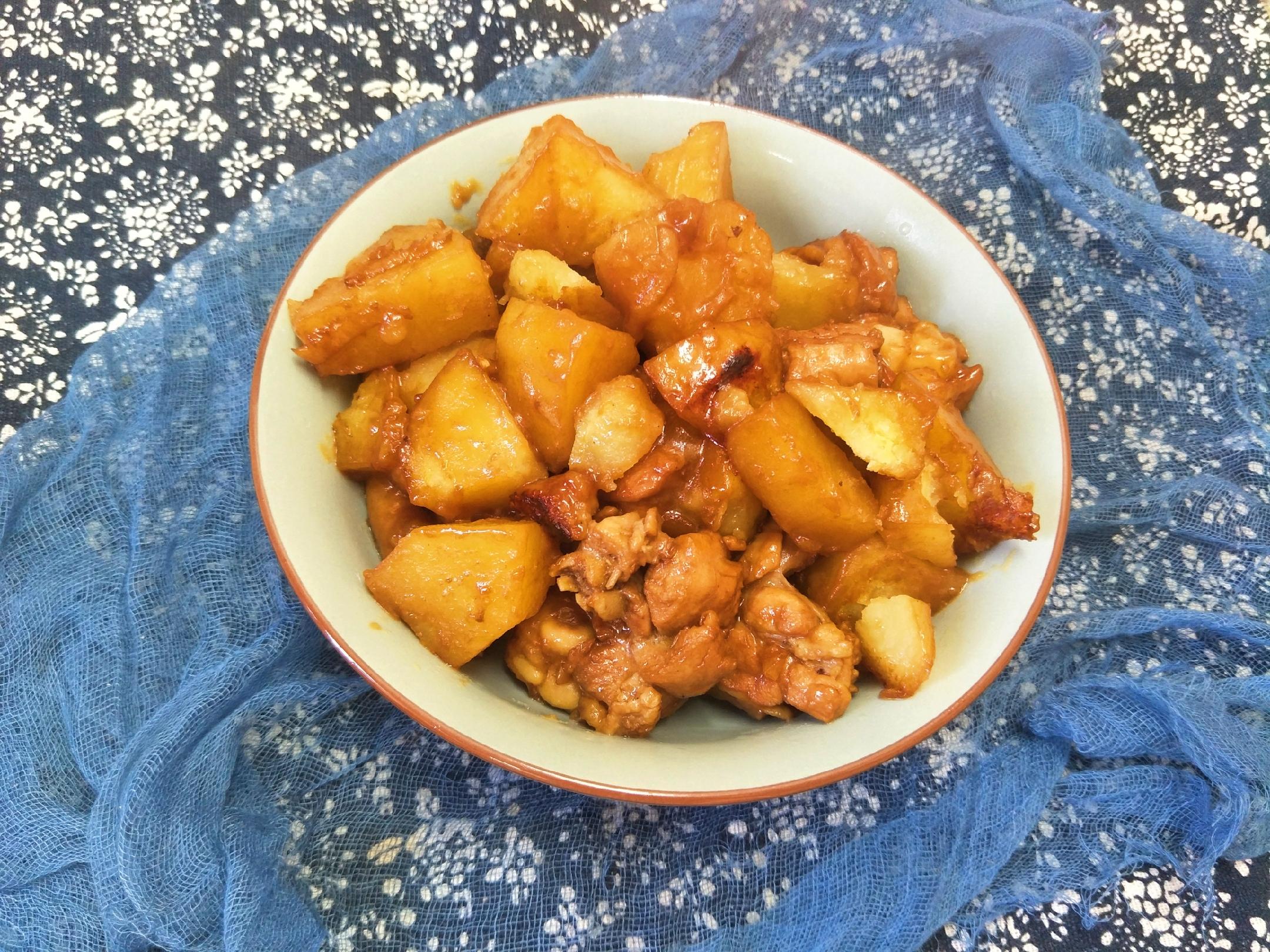 """土豆炖鸡时,放""""2味3料"""",出锅土豆绵软,鸡肉入味嫩香 美食做法 第2张"""
