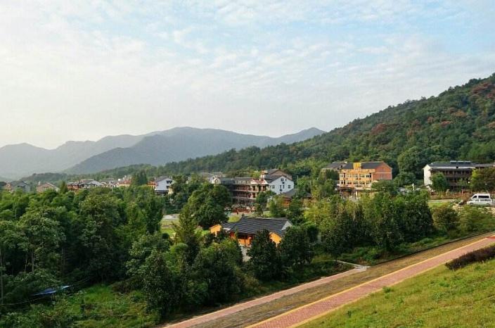 浙江省一个县,人口超60万,地处苏浙皖三省交界处