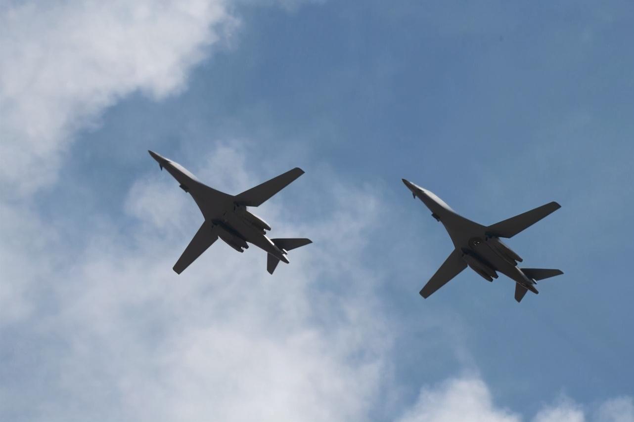 韩媒:回应中俄联合巡航?美国2架B-1B轰炸机现身中国南海上空 原创环球时报新媒体2020-12-24 14:31:10 据多家韩国媒体12月23日报道称,两架美国空军B-1B战略轰炸机于12月23日