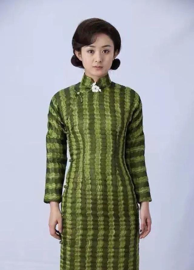 赵丽颖旗袍旧照中年感十足,娃娃脸女生怎么悄悄成熟又不老气?