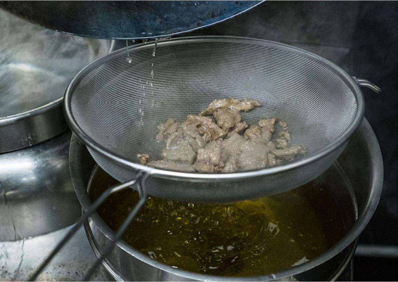 牛肉又老又硬,因为你只会加生粉,大厨一招就把牛肉变得又嫩又滑