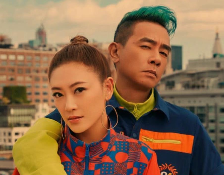 陈小春与老婆同框演唱《黄豆》,应采儿被嘲假唱,为何却能被原谅