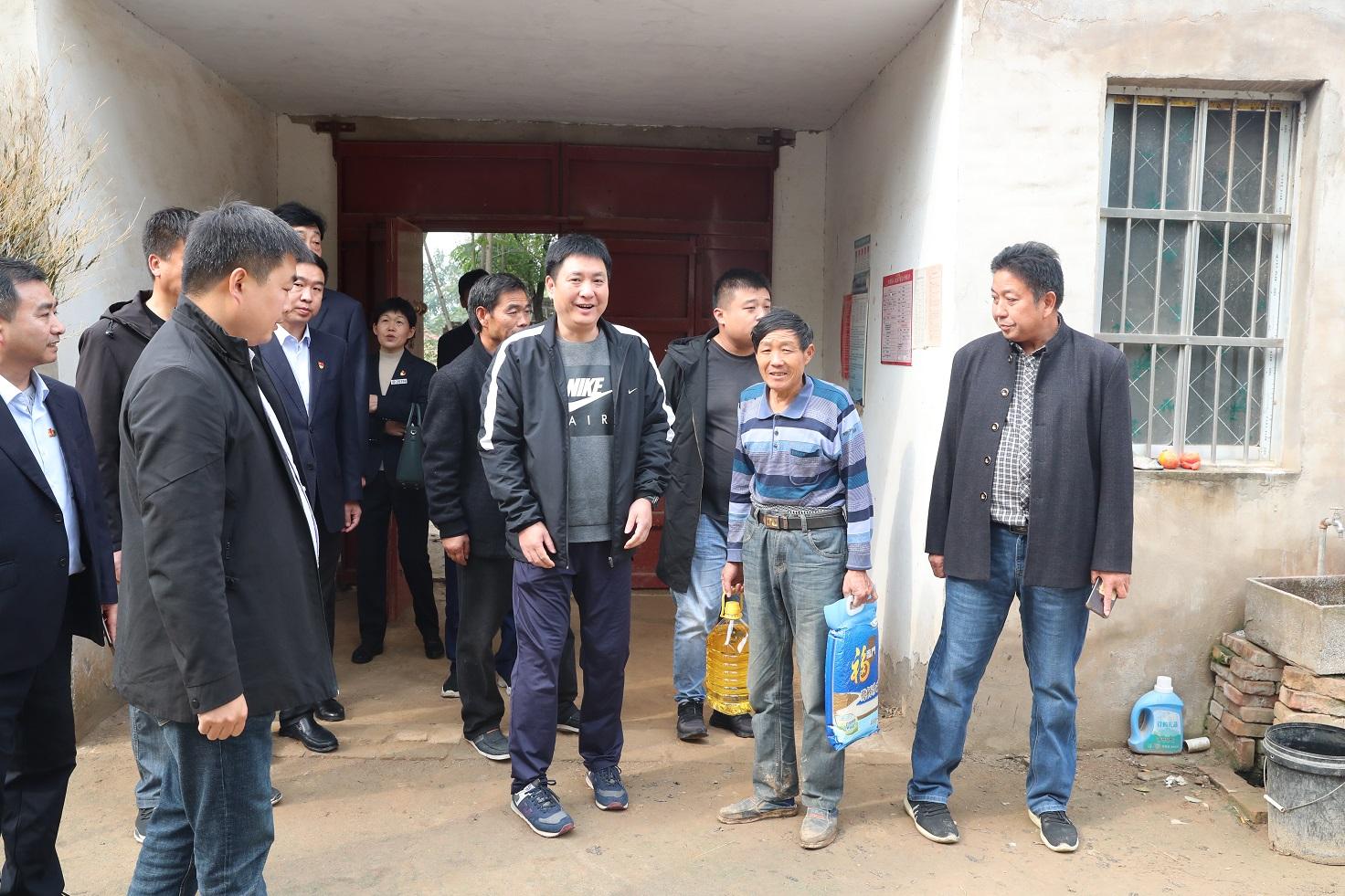 中国银行开封分行开展扶贫日送温暖活动