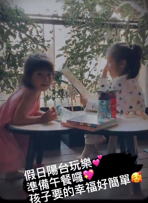 賈靜雯曬女兒假日,波妞穿小裙打扮隆重聽咘咘講故事,直言很幸福