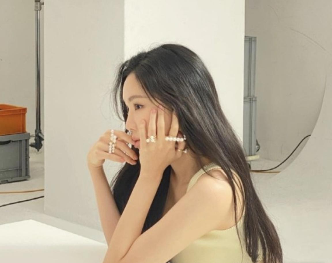 签约YG之后,APINK孙娜恩首次出现在海报拍摄现场