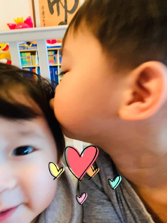胡杏儿两个儿子视频聊天,同款笑容超治愈,五官相似像在照镜子