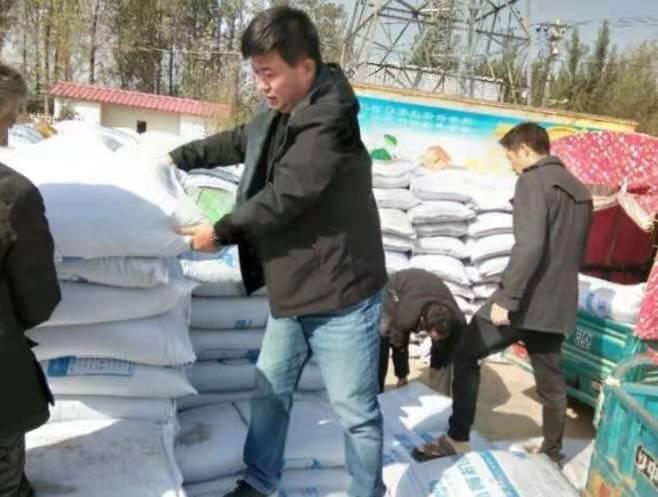 河南尉氏县一村驻村第一书记精准帮扶送化肥促生产