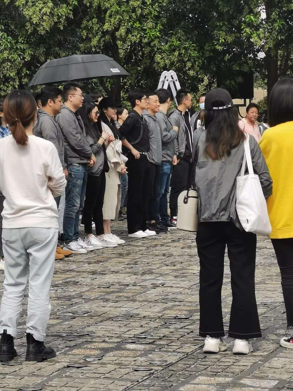 杨洋和热巴临中秋之际在复旦大学参加开机仪式