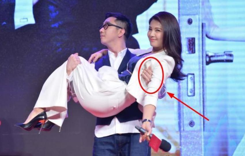 刘涛被王自健当众公主抱,谁注意到他手部动作?网友:细节见人品