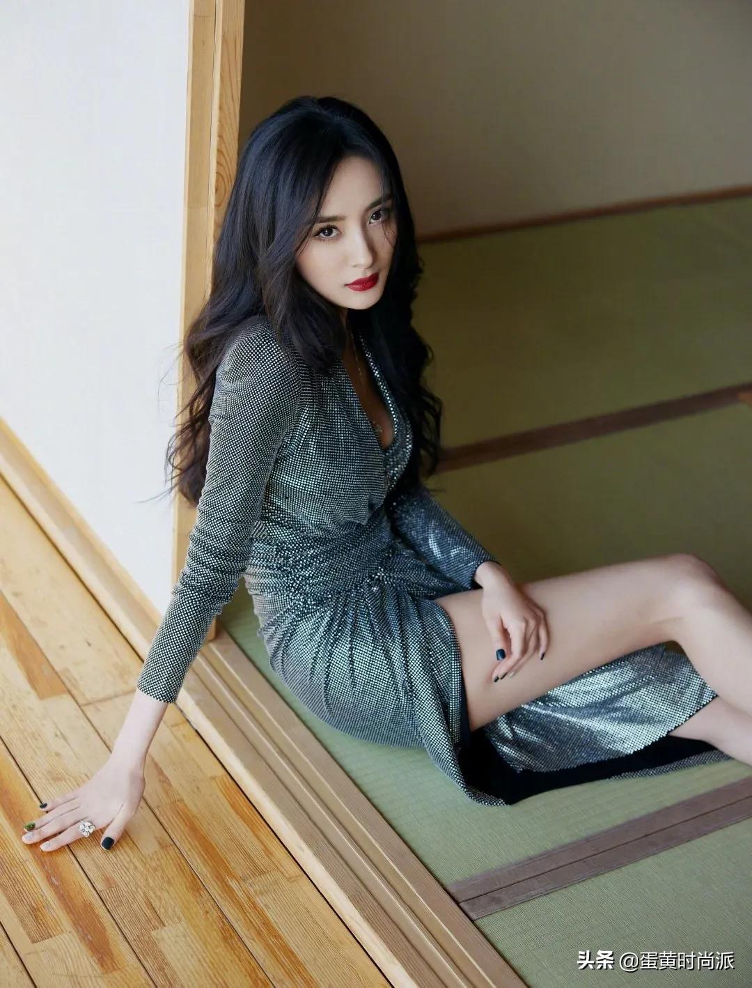 杨幂走路带风,年度影响力和商业价值女明星,闪光裙闪耀全场