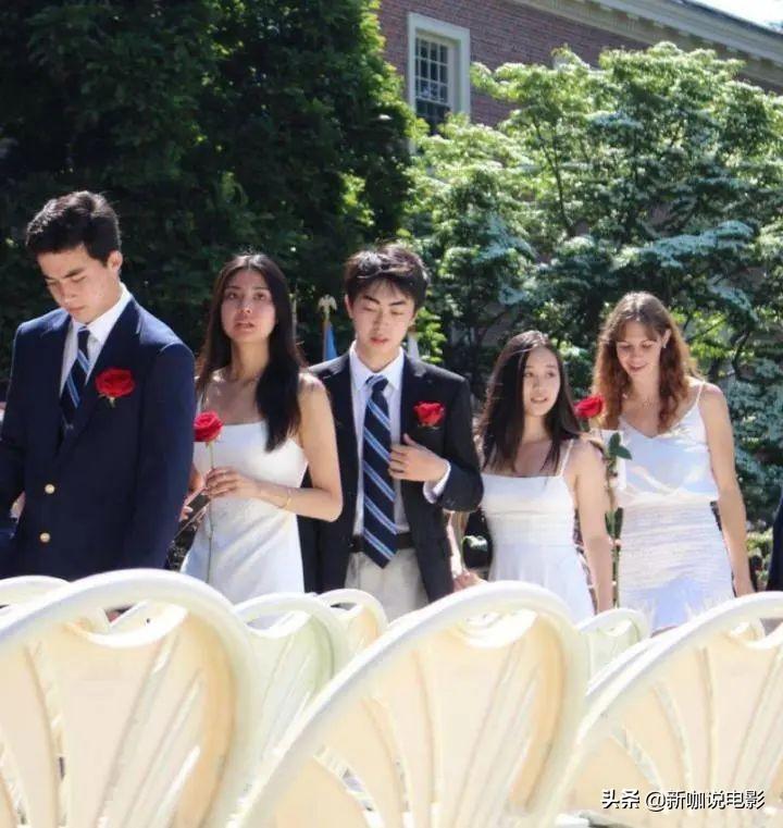 李连杰两女儿现身毕业典礼,穿着朴素,但气质不输妈妈利智