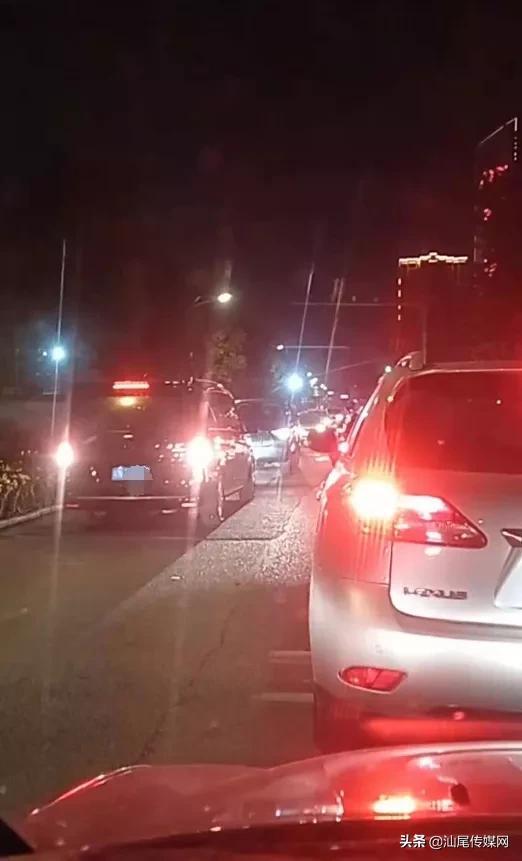 好尴尬!海丰某路段一辆奔驰小车逆道行驶!最后被...