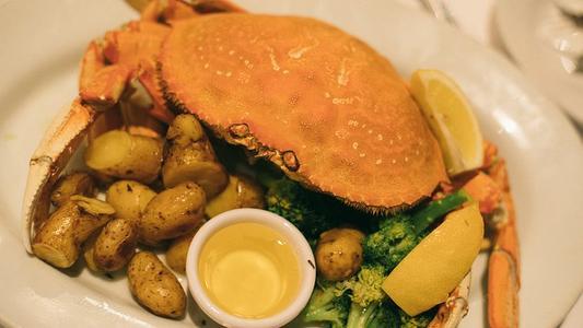 """俗话说""""秋分起,螃蟹肥"""",但营养师提醒:健康吃螃蟹要注意几点"""