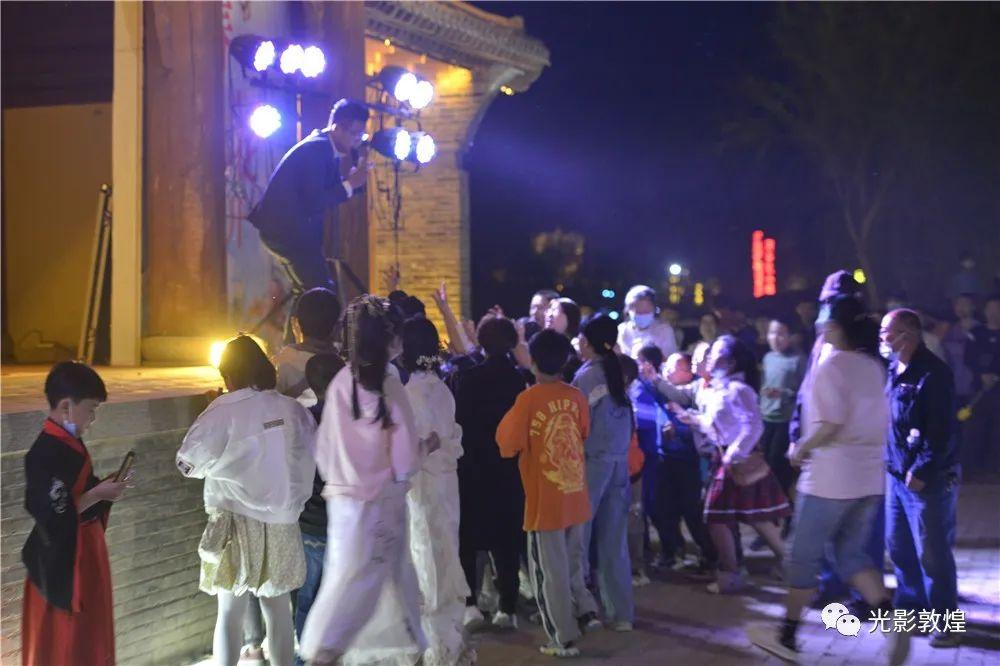 敦煌月牙泉小镇篝火晚会燃爆游人的节日热情