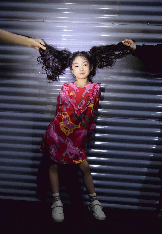 戚薇为女儿庆6岁生日,母女俩长的太像了,小萌妹有妈妈的风范