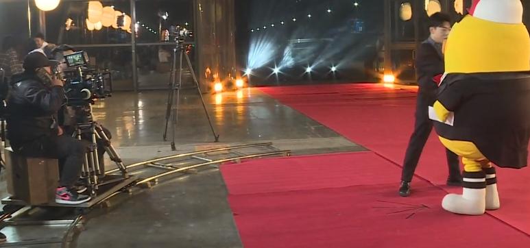芒果最奇葩红毯:主持人把伴舞认成明星,粉丝成工具人见谁都尖叫