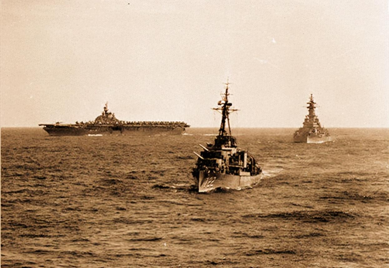两艘航母制霸亚太的时代过去了!中国冲破围堵,美国军舰却不够了