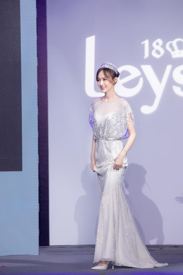 唐嫣也太美了吧!穿亮银色连衣裙配皇冠高贵大气,美得不像话