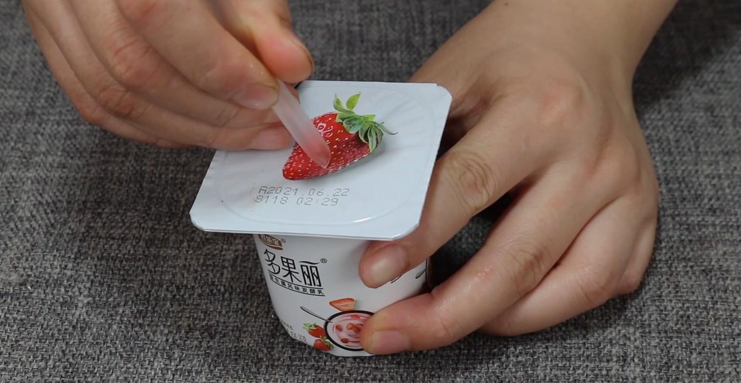 今天才知道,酸奶盖上有机关,喝前记得转一转,这方法太棒了