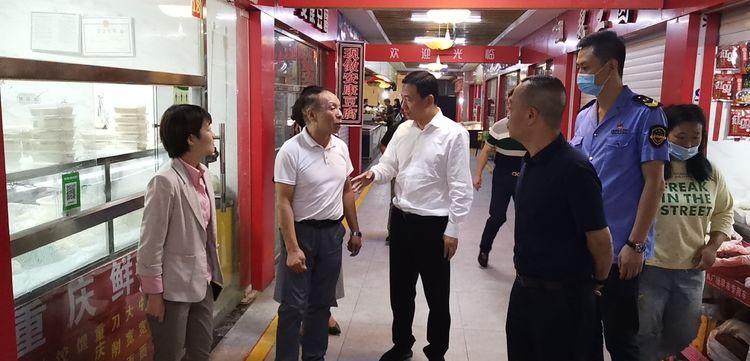 西安市市场监管局局长陈吉利督导检查长乐坊农贸市场进行创文工作