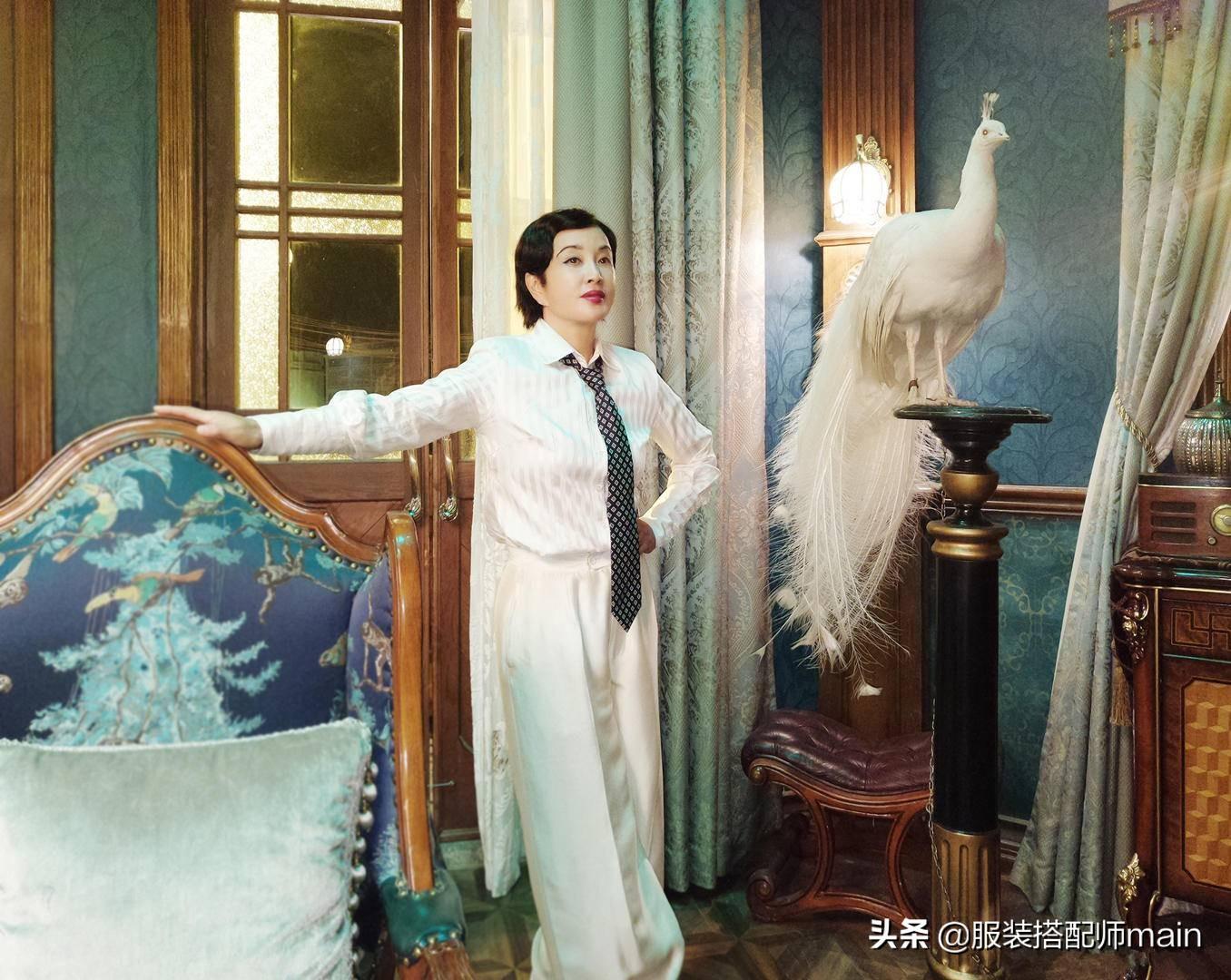 刘晓庆不显老,穿V领连衣裙+编织帽优雅端庄,还拿刺绣包赶时髦