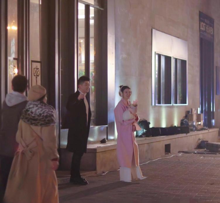 43岁的黄奕:穿粉色大衣扎丸子头少女感爆棚,路人镜头下好绝