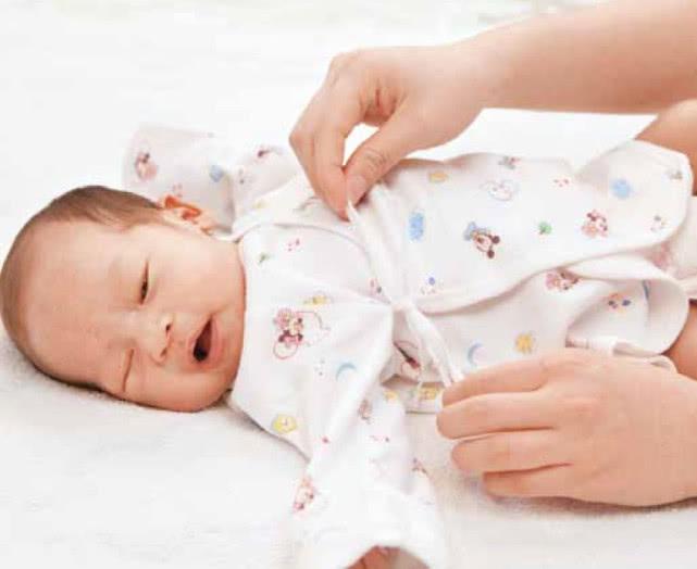 新生儿穿衣服教程,一起学习怎么给小宝宝换衣服