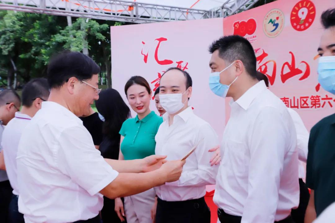 """龚俊龙被授予深圳市南山区""""慈善之星"""""""