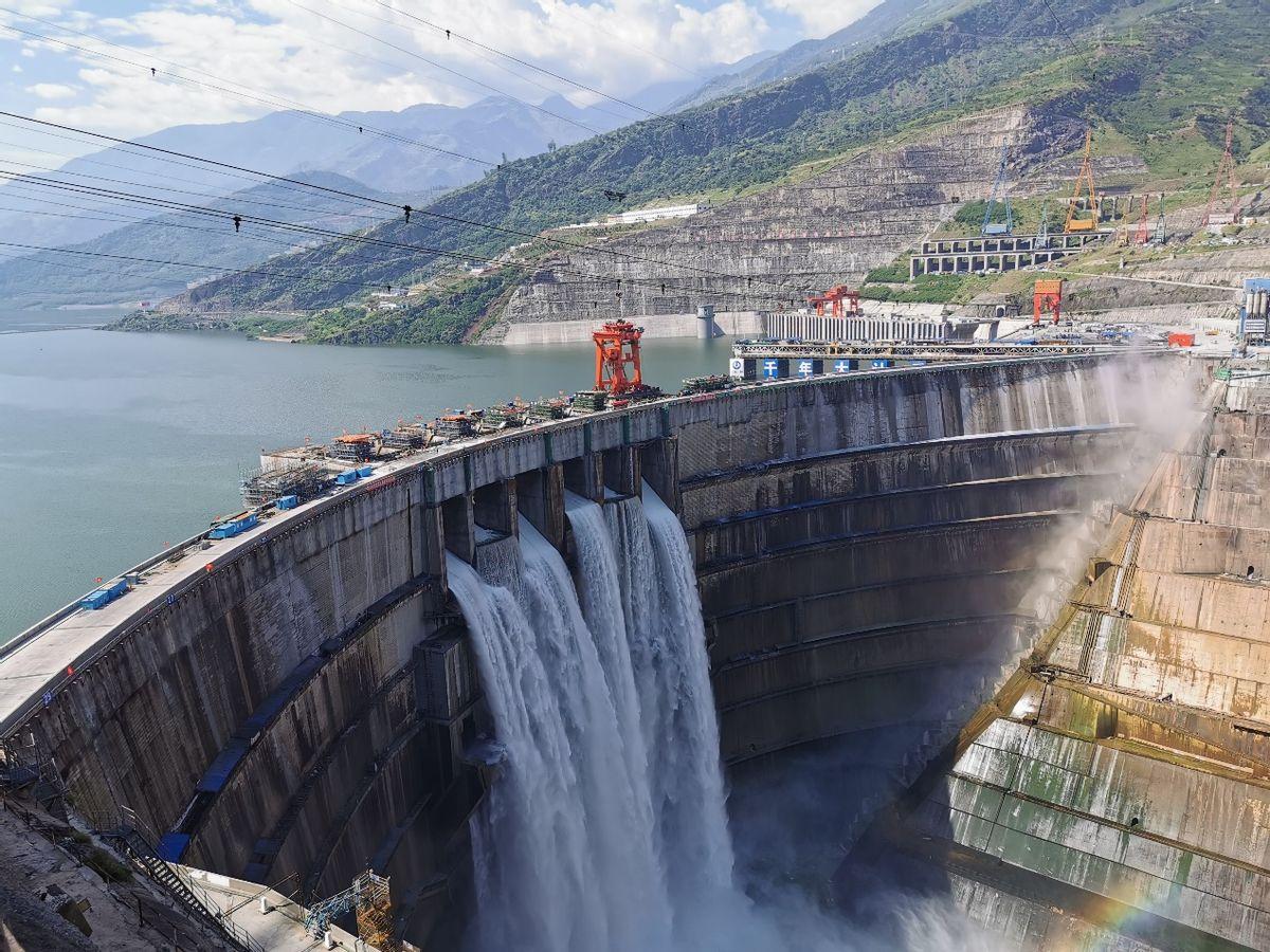 白鶴灘水電站大壩表孔首次過流