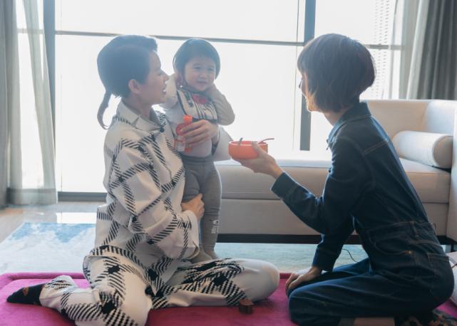 三胎孕媽胡杏兒帶兒子工作,穿著寬鬆巧遮孕肚,單手抱娃臂力足