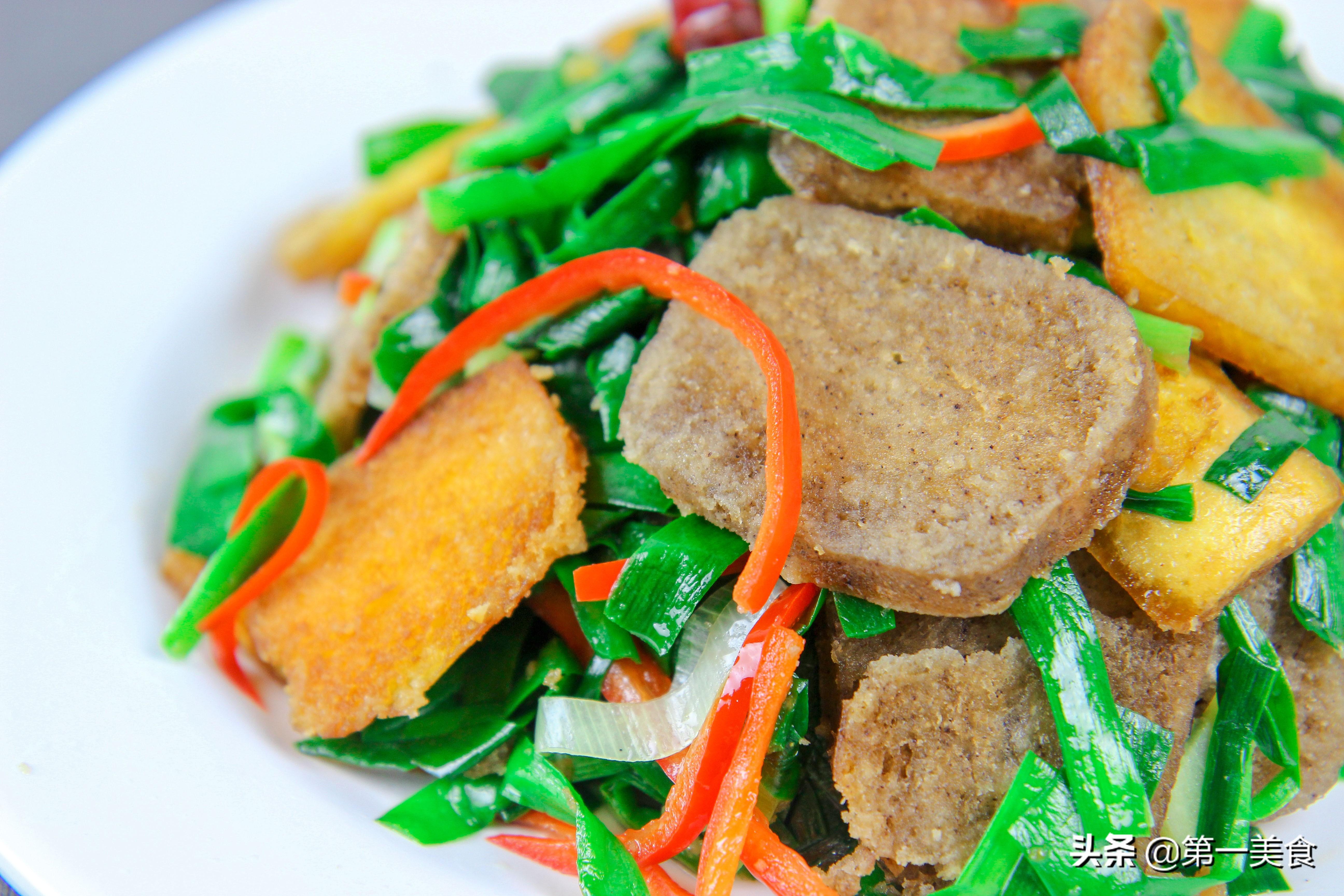 韭菜炒杂粮馒头做法  焦香酥脆 一大盘不够吃