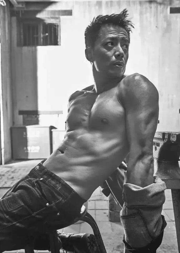 """李健肌肉照上热搜46岁的身材变化令人吃惊靠健身""""冻龄逆生长"""""""