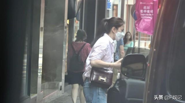 張智霖一家三口逛街享家庭樂袁詠儀母親節收名牌手袋作為禮物?