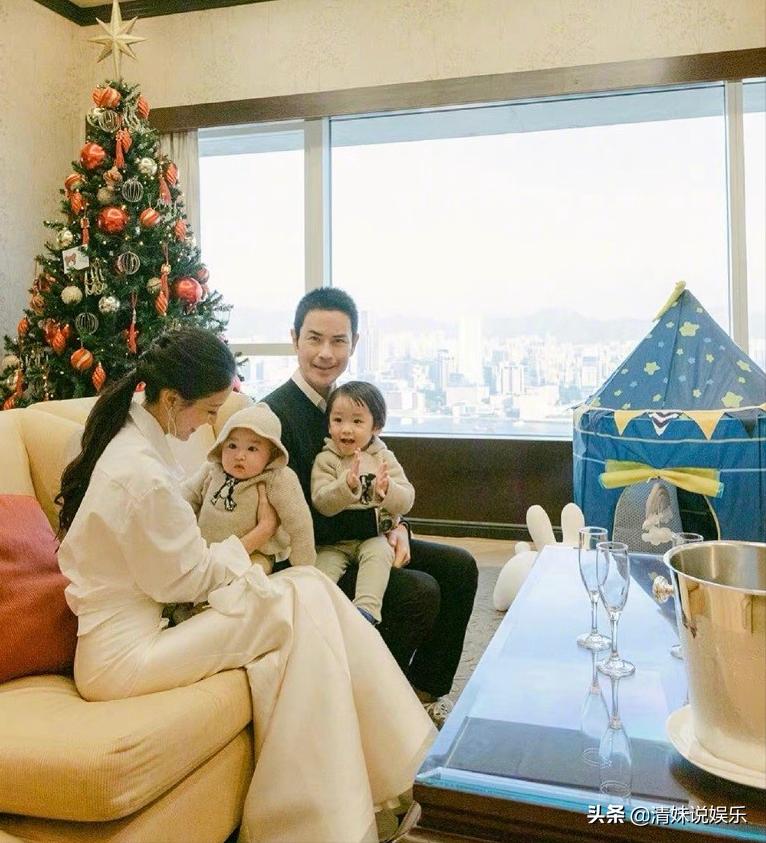 郑嘉颖圣诞节晒一家四口合影,和媳妇陈凯琳相视而笑,太幸福了