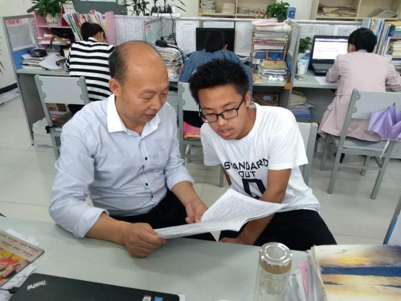 """陕西商洛一贫困学生考上清华  10岁起靠曾祖父和学校照顾完成学业""""他知道只有读书才能改变命运"""""""