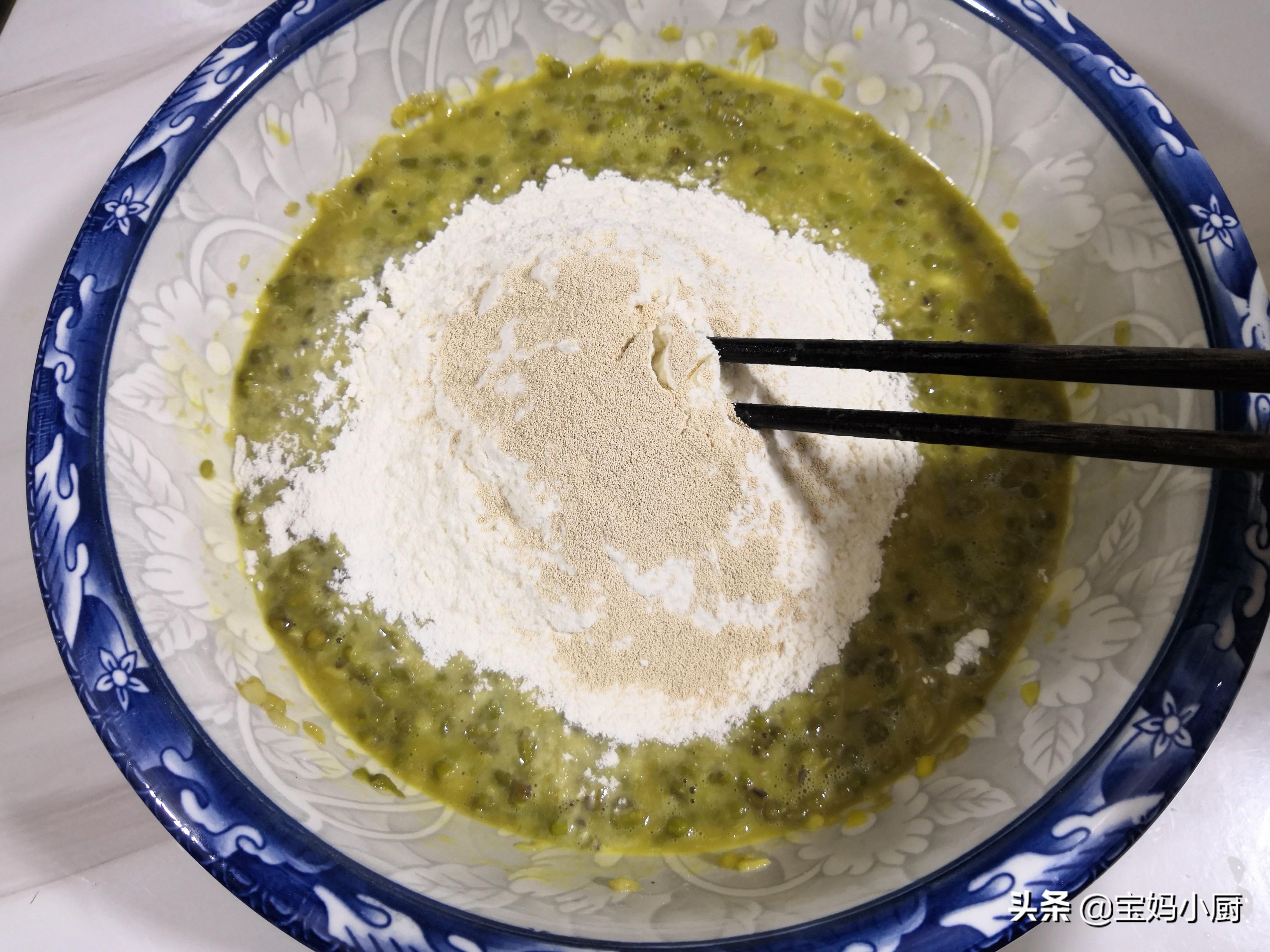 用綠豆湯做發糕火了,天熱常吃好,一攪一蒸就出鍋,有彈性還蓬鬆