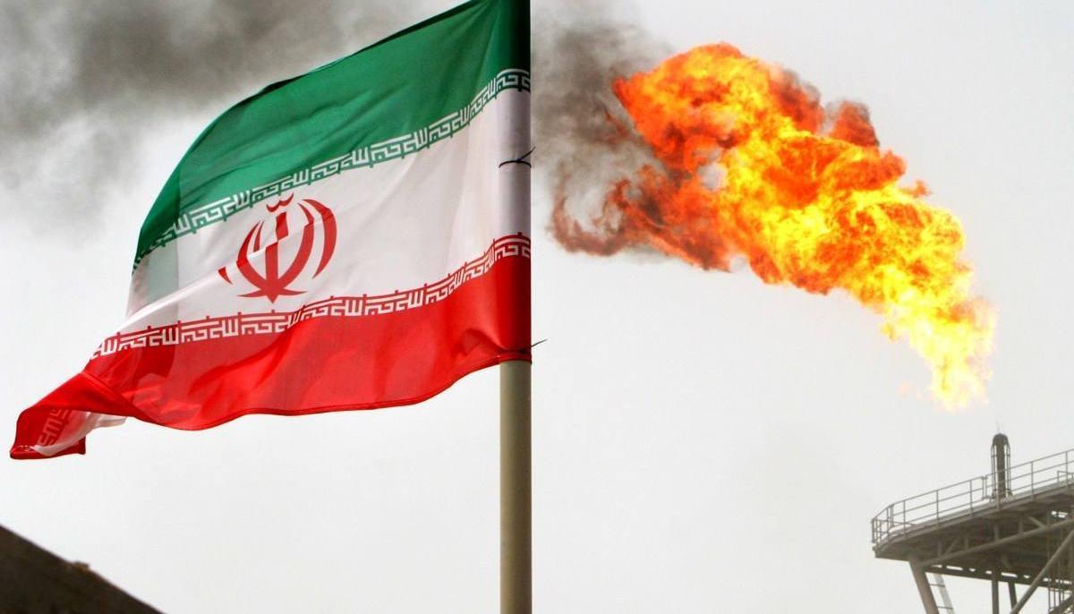 黑烟滚滚,伊朗3万吨军舰离奇沉没,事发时以色列潜艇在附近?
