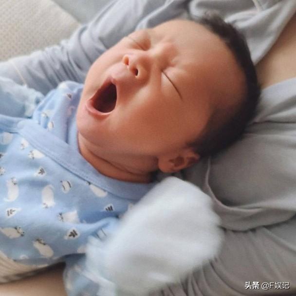 TVB花旦岑麗香宣布誕下二胎兒子夫妻倆同時分享與小兒子的合影