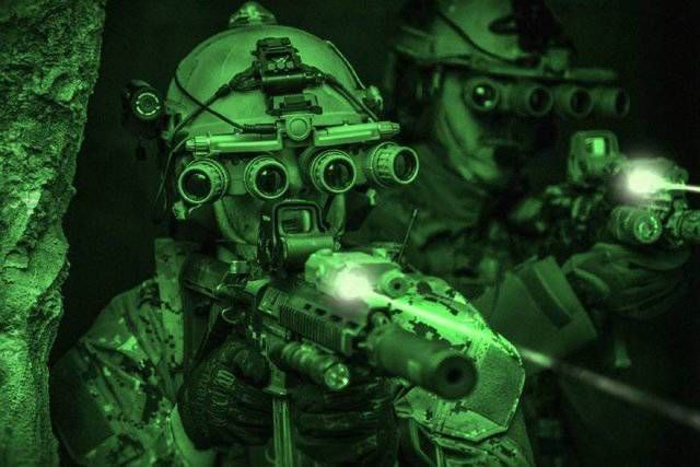 真正黑夜克星!我军装备国产新型四目全景式夜视仪 夜战如虎添翼