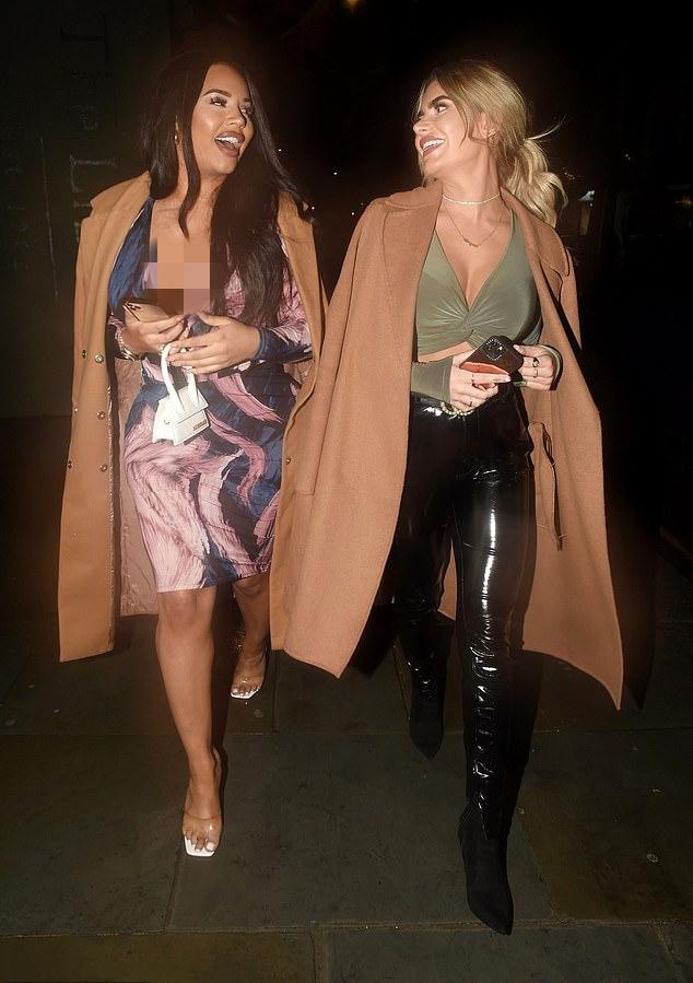 梅根·巴顿·汉森与好友穿着同款卡其色的外套出席派对