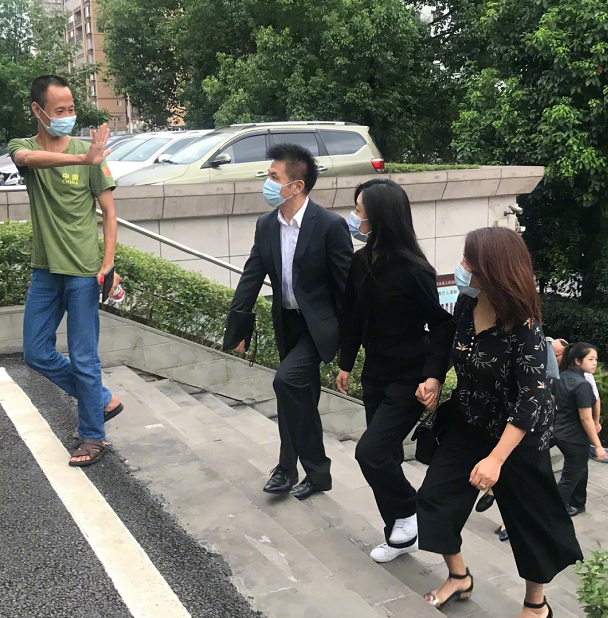 谭松韵现身母亲被撞案庭审,一袭黑衣紧握友人,曾因车祸案遭网暴