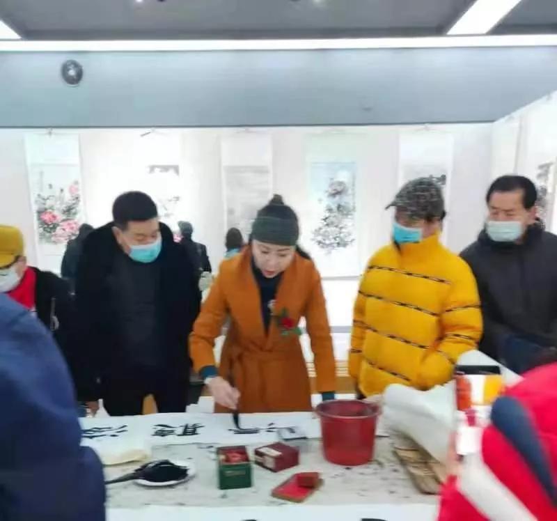 """庄河市老年体协与翰林书画院举办""""战疫情 迎新年""""书画摄影展"""