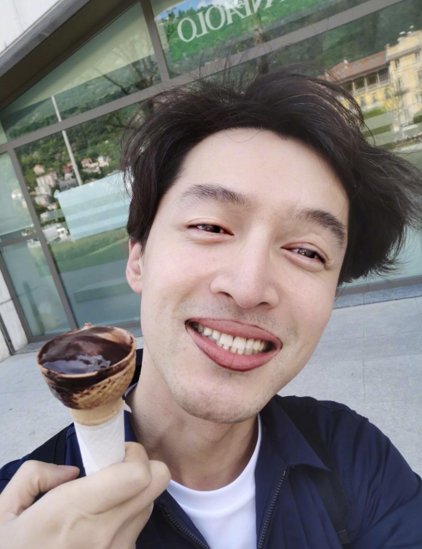 刘亦菲喝着果汁玩自拍,称臭美一下,拍照技术又回来了