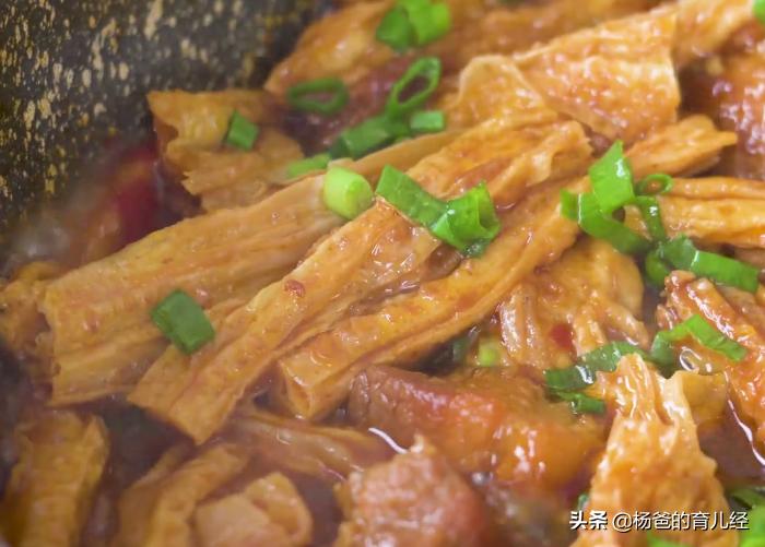 腐竹想要做的好吃,不要用水泡,搭配五花肉一起炒,孩子特爱吃