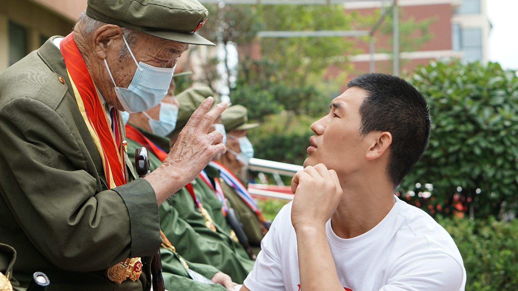 嘎子谢孟伟探望抗战老兵惹争议 网友:不要让明星公益寒了心