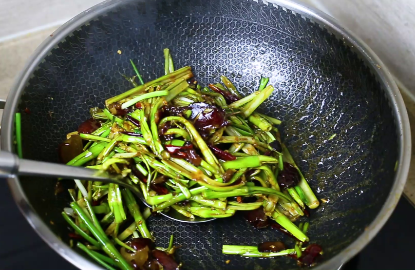湖南人最爱春笋这做法,咸香开胃 美食做法 第8张