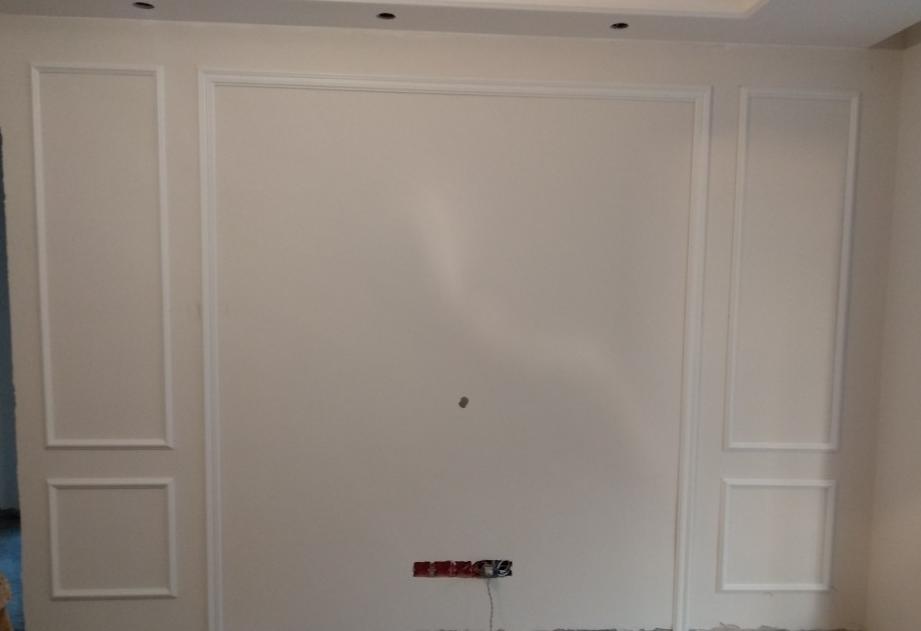 客厅背景墙用石材太落伍,现在都用实木装饰线条,漂亮又省钱
